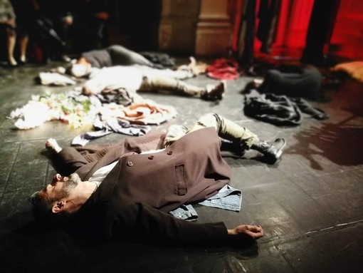 Hamlet pop: una rivisitazione moderna ma fedele della tragedia shakespeariana