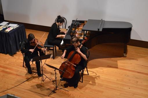 """La """"cura"""" della musica: le giovani dell'Isabel Trio all'ospedale di Settimo"""