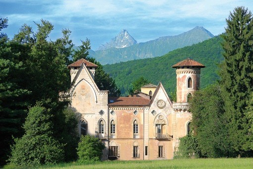 Il Castello di Miradolo che ospita la mostra di Oliviero Toscani