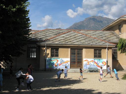 Luserna San Giovanni primaria via Tegas bimbi in cortile