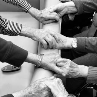 foto di mani di persone anziane
