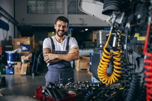 uomo che lavora e sorride