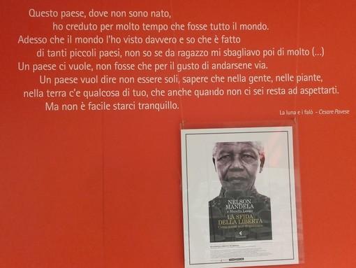 La vita di Nelson Mandela esposta alla Feltrinelli Express di Porta Nuova
