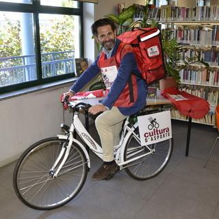 """Libri consegnati a casa dai 'rider' della biblioteca, Nichelino fa viaggiare la """"cultura d'asporto"""""""