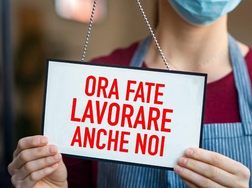 Manifesto esposto durante una manifestazione di Confesercenti