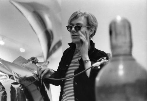 Stupinigi come la Factory: in mostra la pop art di Andy Warhol negli scatti di McDarrah