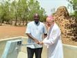 Il vescovo Debernardi davanti a un pozzo in Burkina