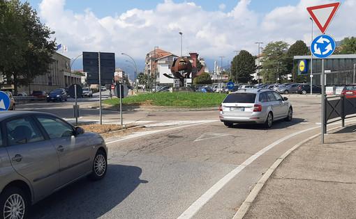 La rotonda di corso Torino a Pinerolo dove è avvenuto il fatto