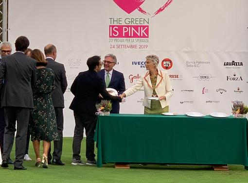 Vaccaro riceve il premio da Allegra Angelli