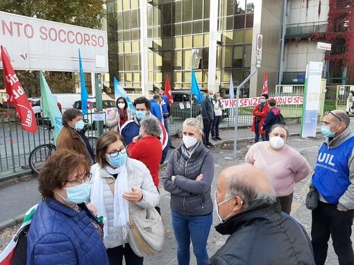 «Sembra di essere tornati a marzo»: la protesta degli operatori sanitari a Pinerolo [VIDEO]