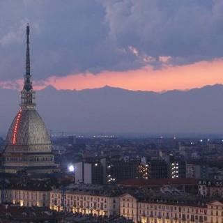 Coronavirus: oggi a Torino bandiere a mezz'asta per le vittime, la Mole si tinge del tricolore