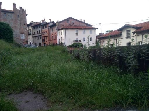 Decespugliatore alla mano, le associazioni tagliano l'erba alle Terrazze Acaja di Pinerolo