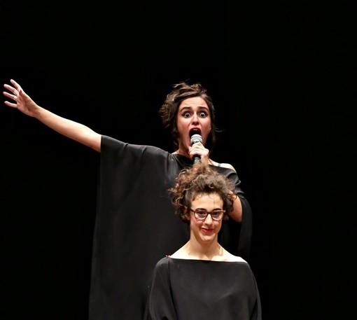 Ironica e coraggiosa: la disabilità sale sul palco a Bricherasio