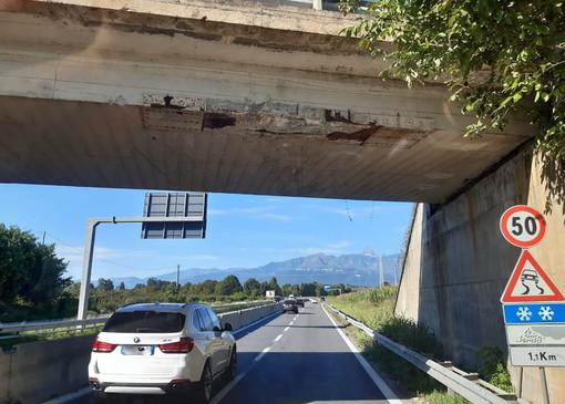 Urto contro un cavalcavia della tangenziale di Pinerolo: «Non ci sono danni strutturali»