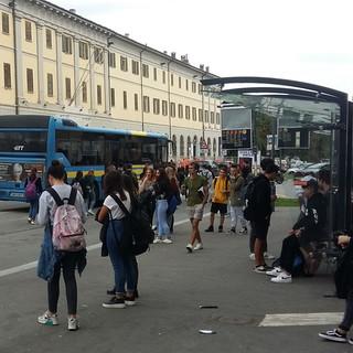 Decine  e decine di alunni cumianesi restano a piedi a Pinerolo
