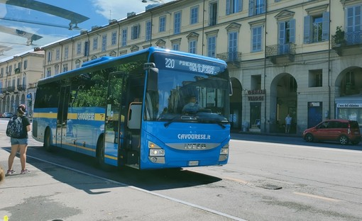 Bus della Cavourese in piazza Cavour a Pinerolo (foto di Cinzia Consolati)