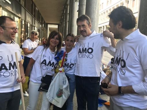 """I volontari puliscono il centro di Torino, Unia: """"Iniziativa lodevole, li incontrerò"""" [VIDEO]"""