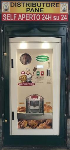 Dopo sigarette e latte, a Pinerolo si può comprare il pane artigianale al distributore automatico