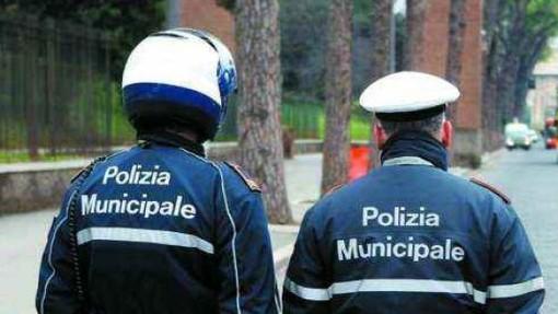 due agenti della polizia municipale a piedi