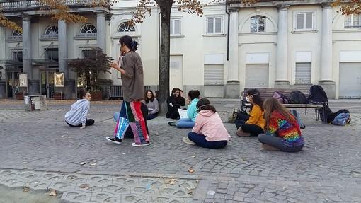 Cartelli in piazza Vittorio Veneto in difesa dell'ambiente: torna Fridays for Future a Pinerolo
