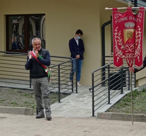Rino Tron (in primo piano) sindaco di Roure