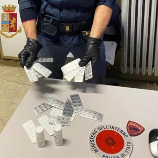 Stoccaggio della droga in vista del lockdown, la polizia ne sequestra 11 kg. Arrestate 20 persone