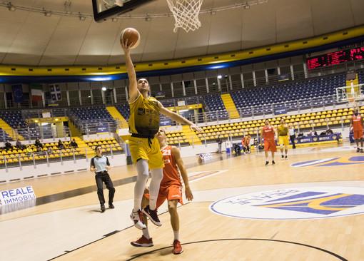 giocatori della Reale Mutua Basket in azione