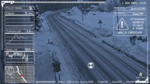 Strada di montagna monitorata da tecnologia digitale