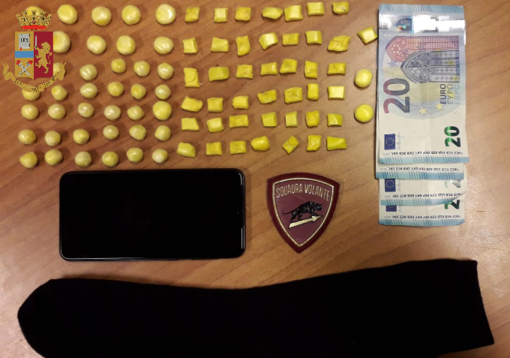 Arrestato un pusher in taxi, nascondeva 85 dosi di crack nel calzino