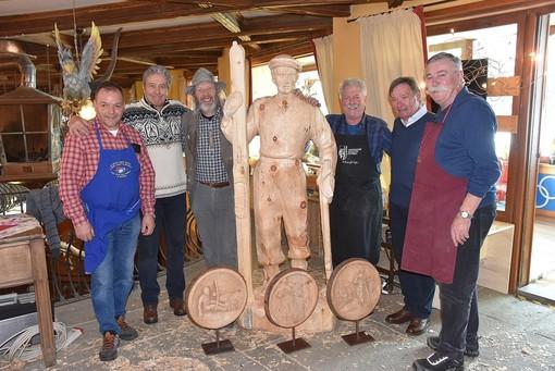 Lo scultore Carlo Piffer (a destra) con il sindaco Poncet, il presidente Roda e altri artisti