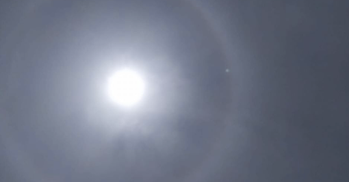 """Torino, il """"mistero"""" dell'enorme alone intorno al sole: la spiegazione scientifica"""