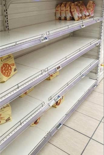 Alcuni scaffali di un supermercato della città