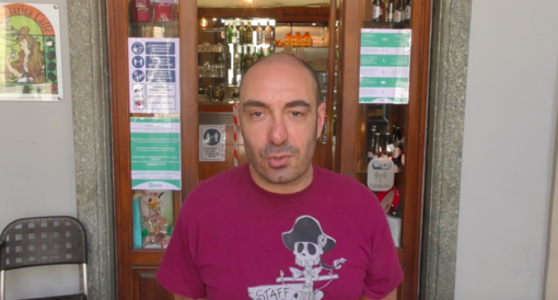 """La solidarietà al bar, cliente paga il caffè 50 euro: """"Tenga il resto, è un aiuto per la ripartenza"""" [VIDEO]"""