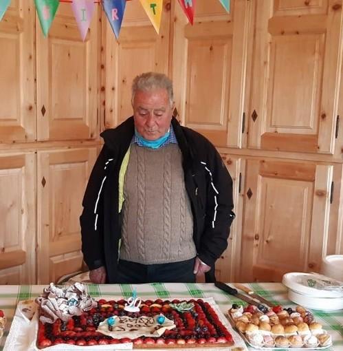 Sestriere: compie 90 anni il prete maestro di sci