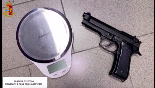 La pistola giocattolo ritrovata a casa del pusher