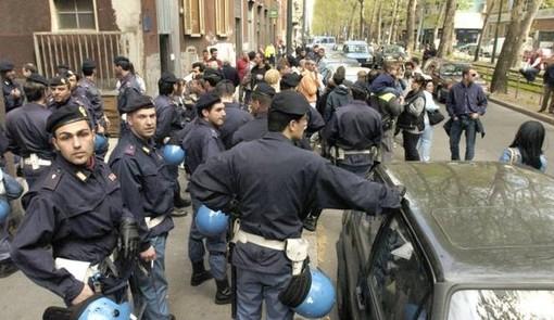 La Polizia sgombera l'immobile di via Frejus occupato dagli esponenti del centro sociale Gabrio