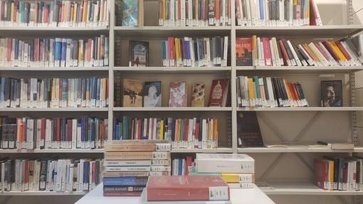 Al Polo del '900 nuovo scaffale di libri donati da Premio Lattes Grinzane, in lettura e prestito a tutti