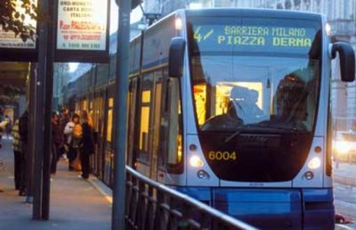 Tram si scontra contro un'auto e deraglia: traffico in tilt ieri sera in corso Giulio Cesare