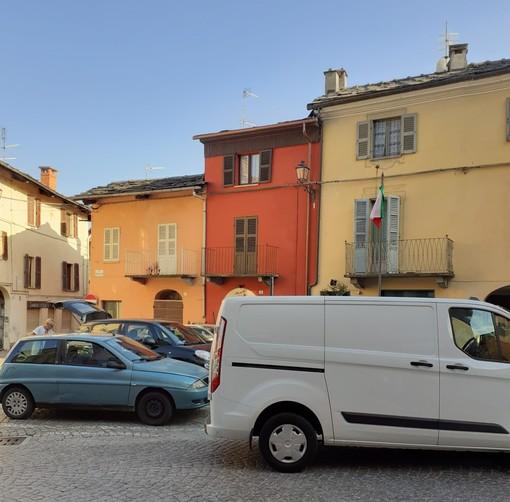 La piazzetta antistante il municipio di Torre Pellice