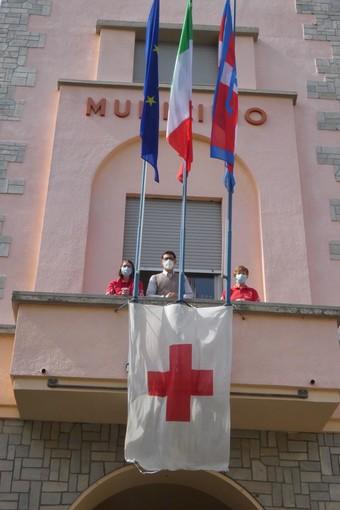 Torre Pellice bandiera Cri dal balcone del municipio