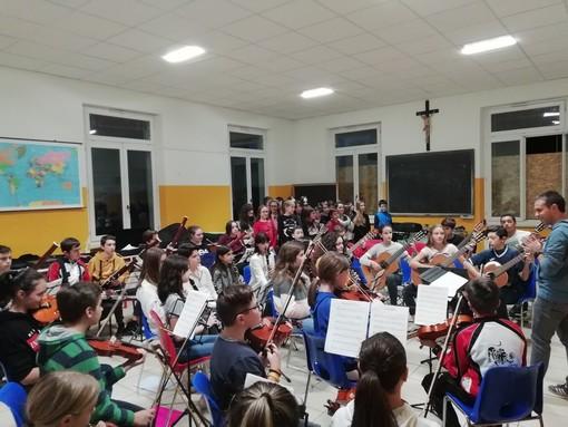 I ragazzi del musicale delle medie di Vigone cantano il Natale in chiesa