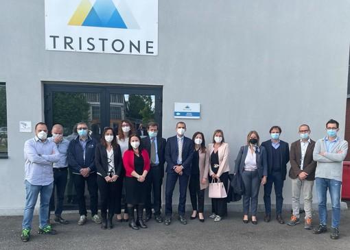 Delegazione in visita di fronte a un'azienda