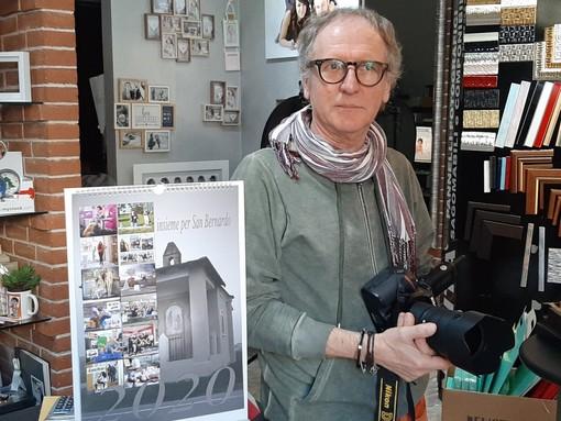 Gianni Morano con il calendario per San Bernardo