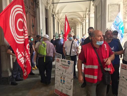 Tensione sotto Palazzo Civico: porte chiuse e polizia ad attendere i sindacati dei lavoratori Gtt [FOTO E VIDEO]