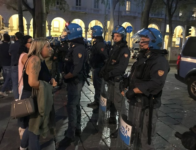 I No Green Pass sfilano ancora a Torino: tensione in corso Vinzaglio con la polizia [VIDEO e FOTO]