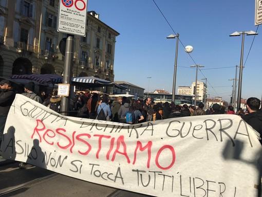 Anarchici, misure cautelari dopo lo sgombero dell'asilo: operazioni di polizia in corso