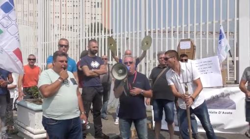 """""""Senza divise e con le blatte in mensa"""": esplode la protesta degli agenti della polizia penitenziaria [VIDEO]"""