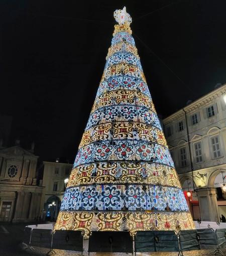 """Illuminato l'albero di Natale in piazza San Carlo, Appendino: """"Segno di speranza, ora rispettiamo le regole"""""""
