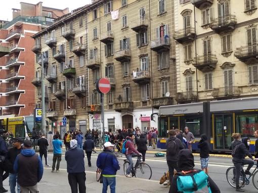 Disordini in corso Giulio Cesare tra polizia e antagonisti