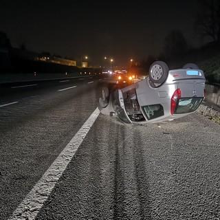 Venaria, auto si ribalta sulla tangenziale: traffico rallentato, nessuna conseguenza per il guidatore (VIDEO)